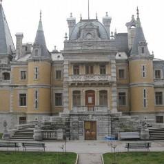 Александровский дворец в Ялте - фото