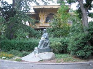 Памятник Леси Украинки в Ялте