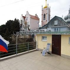 Вид на церковь Иоанна Златоуста - частный сектор в Крыму