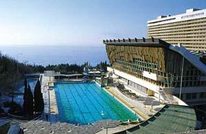 Гостиница Ялта - вид на бассейн и ресторан
